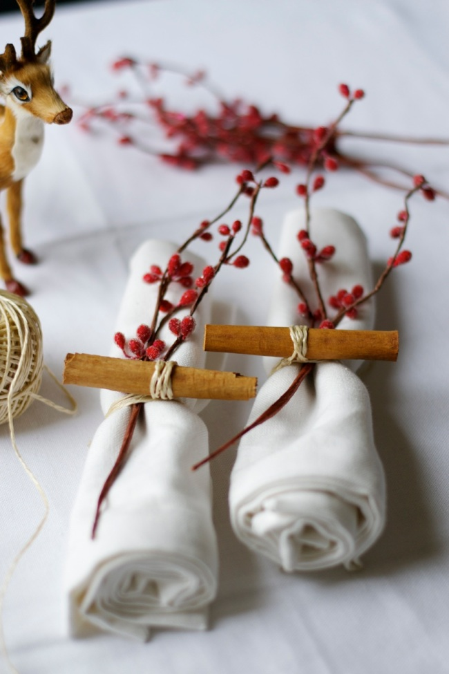 christmas-napkins-cinnamon-stick-berry-branch-twine-reindeer-lattelisa-blog